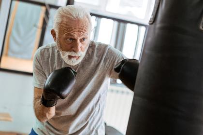Senior som trener boksing